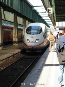 ICE fährt in Stuttgarter Hauptbahnhof ein